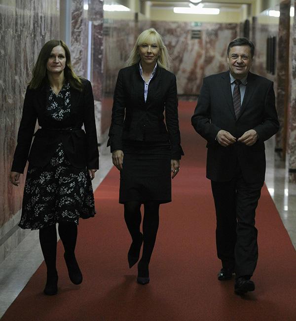 Nataša Pelko (na sliki levo) ko je bila še tiskovna predstavnica Pozitivne Slovenije, v slavni družbi Melite Župevc, danes uslužbenke agencije Pristop in zasebne partnerice Toneta Ropa, in Zorana Jankovića.