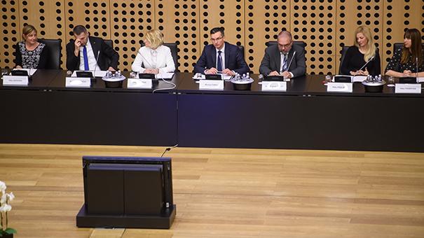 Kabinet Marjana Šarca (z leve proti desni): Nika Benedik, Damir Črnčec, Janja Zorman Macura, Marjan Šarec, Vojmir Urlep, Nika Poglajen in Nika Vrhovnik.