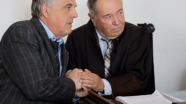 Milko Novič in njegov odvetnik Jože Hribernik med včerajšnjo dramatično razglasitvijo oprostilne sodbe