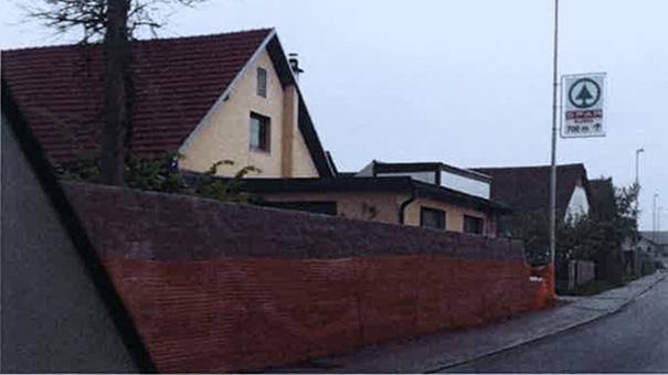 To je nova ograja okoli družinske hiše predsednika vlade Marjana Šarca v Šmarci pri Kamniku.