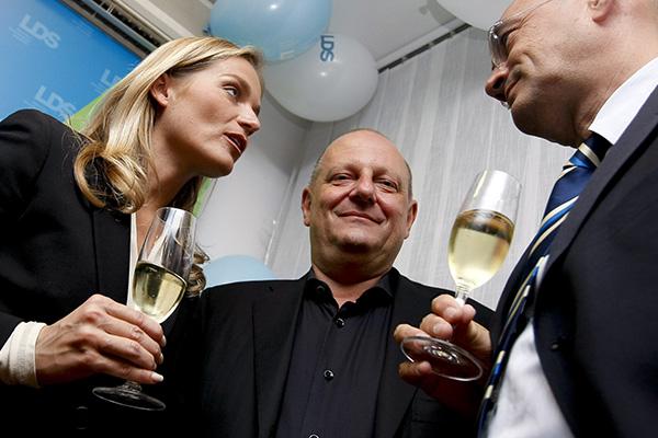 To je bilo leta 2008, ko so se začele velike sanje Mira Senice in Katarine Kresal, da bosta obvladovala Slovenijo. Na sliki desno je Draško Veselinovič, ki sta ga Senica in Kresalova ob začetku Pahorjeve vlade sforsirala za predsednika uprave Nove Ljubljanske banke, vendar je kmalu odstopil. Danes je lobist v Bruslju.