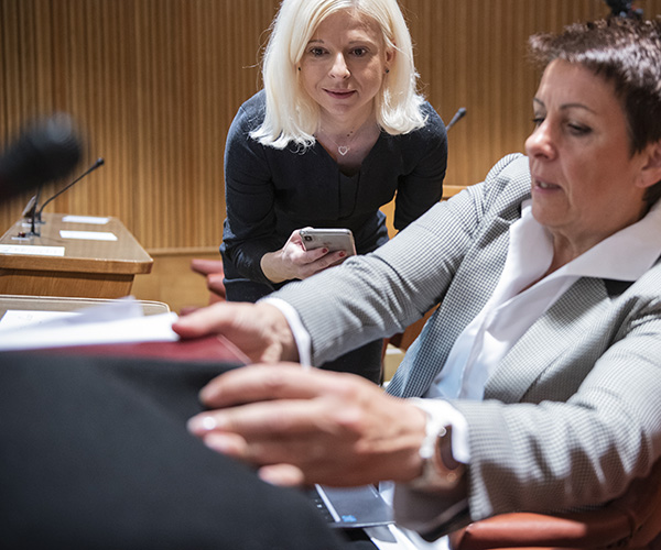 Ksenija Klampfer, nekdanja načelnica mariborske upravne enote, je danes ministrica Šarčeve vlade, na listi SMC (desno Lidija Jerkič, predsednica Svobodnih sindikatov Slovenije). Foto: STA