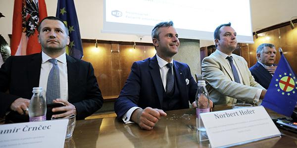 Iz desnega miljeja v levo vlado - tako je bilo avgusta 2016. Damir Črnčec (levo) v družbi Norberta Hoferja, tedanjega kandidata za predsednika Avstrije, Larisa Gaiserja iz Slovenskega panevropskega gibanja in Norberta van Handela, člana viteškega reda Sv. Jurija.