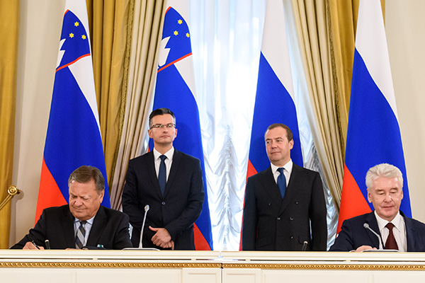Zoran Janković in moskovski župan Sergej Sobjanin sta sporazum o sodelovanju obeh mest za to in prihodnje leto, podpisala ob spremstvu Šarca in Medvedjeva. (foto: STA)
