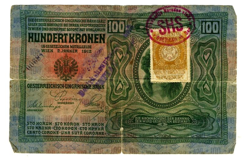 100 ŽIGOSANIH AVSTRO-OGRSKIH KRON<br>1912, 10,8 x 16,4 cm<br>Inv. št.: 2819<br> <br>Ob nastanku Kraljevine Srbov, Hrvatov in Slovencev so bile na ozemlju, ki ga je obsegala, v obtoku štiri denarne valute: avstro-ogrske krone, srbski dinarji, črnogorski perperji in bolgarski levi. Ves denar so zamenjali v dinarje do konca leta 1921, do takrat pa so lahko plačevali z žigosanimi drugimi valutami. Največ je bilo v obtoku avstro-ogrskih kron, ki so jih na začetku menjavali v razmerju dve kroni za en dinar, proti koncu menjave pa štiri krone za en dinar.      <br>