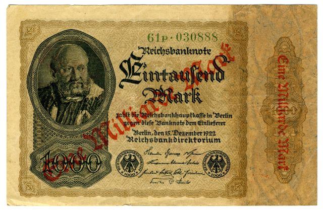 Po prvi svetovni vojni se je Nemčija znašla v nezavidljivem gospodarskem položaju. Stroški financiranja izgubljene vojn so bili veliki, poleg tega pa je morala plačati še vojno škodo. To so pokrivali s tiskanjem papirnatega denarja, kar pa je pripeljalo do hiperinflacije. Leta 1922 je bila vrednost nemške marke le še poldrugi odstotek vrednosti pred vojno. Tiskanje denarja je postalo dražje od nominalne vrednosti bankovcev, zato so jih preprosto pretiskovali.Foto: Branko Babić<br>