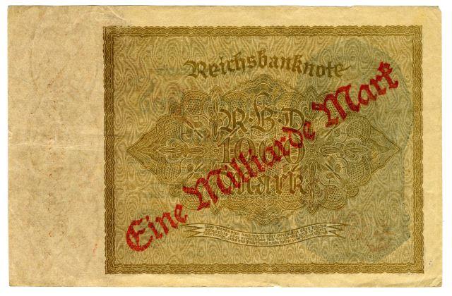 Po prvi svetovni vojni se je Nemčija znašla v nezavidljivem gospodarskem položaju. Stroški financiranja izgubljene vojn so bili veliki, poleg tega pa je morala plačati še vojno škodo. To so pokrivali s tiskanjem papirnatega denarja, kar pa je pripeljalo do hiperinflacije. Leta 1922 je bila vrednost nemške marke le še poldrugi odstotek vrednosti pred vojno. Tiskanje denarja je postalo dražje od nominalne vrednosti bankovcev, zato so jih preprosto pretiskovali.<br>Foto: Branko Babić<br>