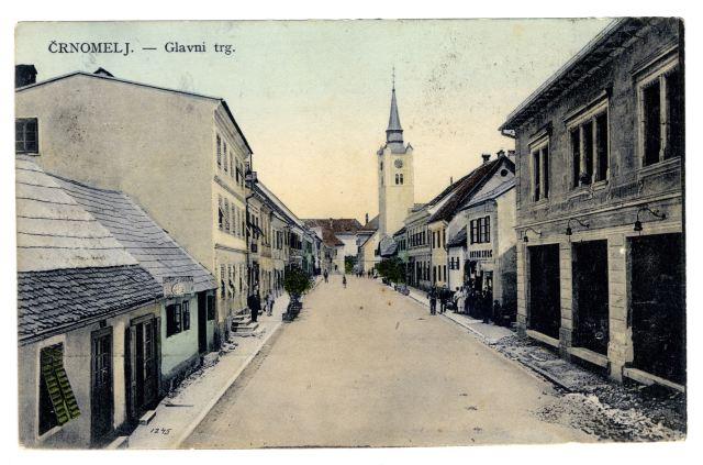RAZGLEDNICA ČRNOMLJA<br> okoli leta 1910, Črnomelj<br> 8,9 x 13,9 cm<br> Inv. št.: R 5<br> <br> Pobarvana razglednica Črnomlja je bila odposlana 22. junija 1912 iz Črnomlja v Vipavo. Kdaj je prispela, ni znano, ker so po letu 1904 opustili žigosanj na naslovni pošti. Založnik razglednice ni znan.