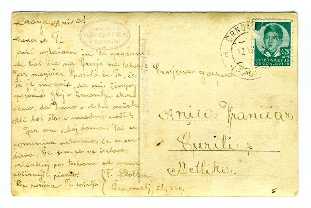 RAZGLEDNICA MIRNE GORE<br> okoli leta 1930, Mirna gora (Črnomelj)<br> 13,9 x 8,9 cm<br> Inv. št.: R 383<br> <br> <br> Planinski dom na Mirni gori so odprli 18. avgusta 1929. Tako dom kot cerkev sv. Frančiška so leta 1942 požgali Italijani. Razglednico je izdal S. Maraž, ki je imel fotoatelje v Črnomlju. Odposlana je bila 12. julija, žigosana na pošti v Črnomlju, letnica na žigu pa ni vidna. <br>
