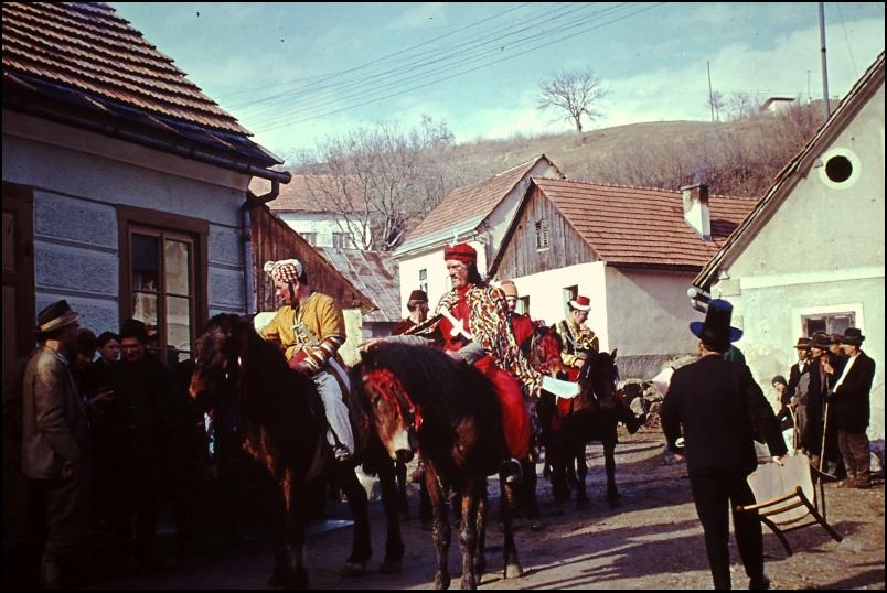 1965<br>Metlika - pustovanje - Turki na konjih <br>3,5 x 4 cm<br>Inv. št.: E62