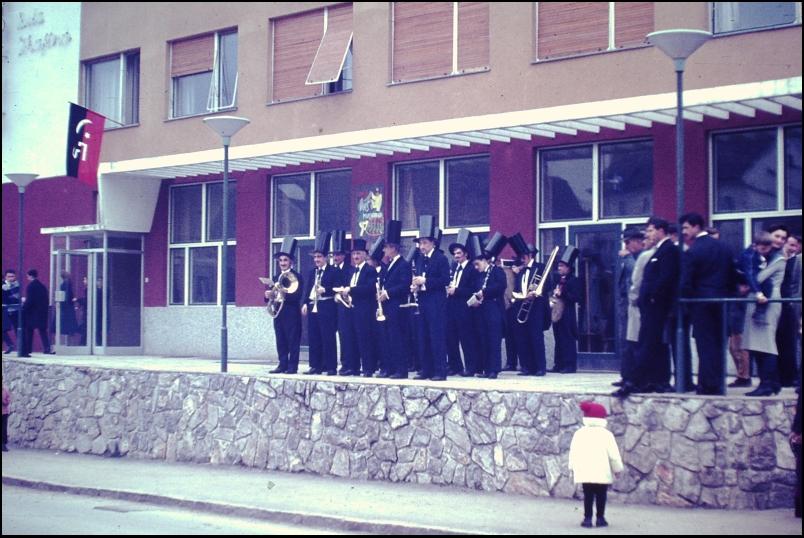 1966<br>Metlika - pustovanje - gadja muzika pred pričetkom parade  <br>3,5 x 4 cm<br>Inv. št.: E128