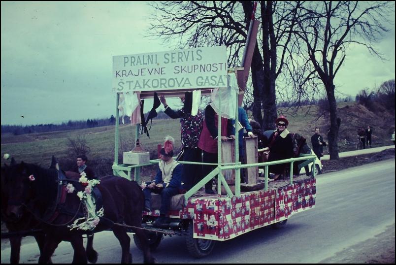 1966<br>Metlika - pustovanje - Pralni servis  <br>3,5 x 4 cm<br>Inv. št.: E132