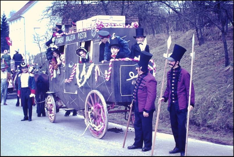 1966<br>Metlika - pustovanje - poštna kočija (pod Martinovo cerkvijo)  <br>3,5 x 4 cm<br>Inv. št.: E135
