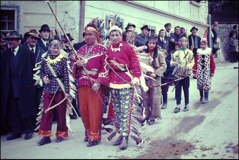 1966<br>Metlika - pustovanje - Indijanci v sprevodu <br>3,5 x 4 cm<br>Inv. št.: E143