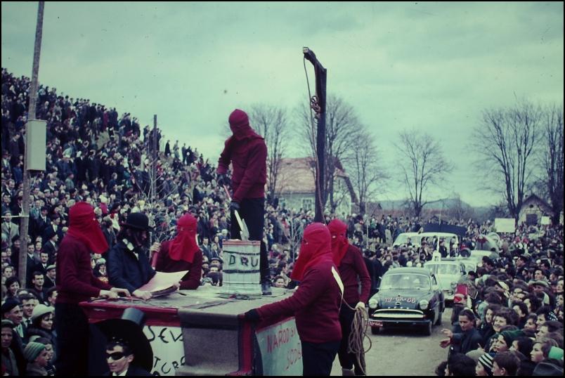 1966<br>Metlika - pustovanje - Kulturo bodo obglavili <br>3,5 x 4 cm<br>Inv. št.: E153