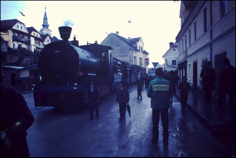 1967<br>Metlika - pustovanje - vlak<br>3,5 x 4 cm<br>Inv. št.: E196