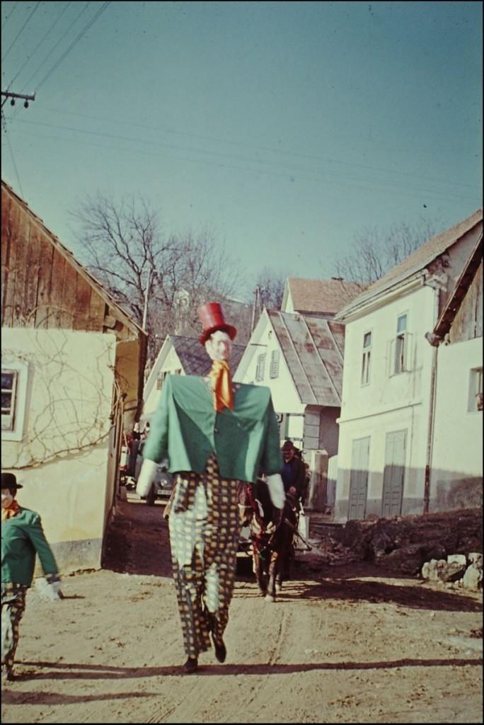 1965<br>Metlika - pustovanje - velikan in pritlikavec <br>3,5 x 4 cm<br>Inv. št.: E59