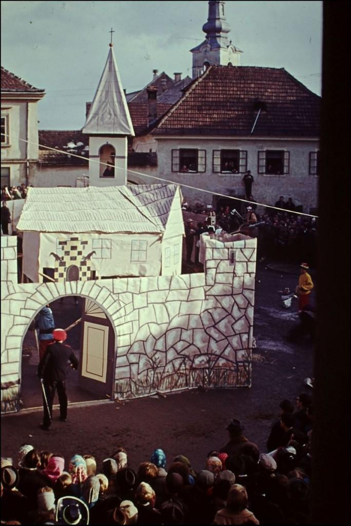 1965<br>Metlika - pustovanje - Turki napadajo Metliko <br>3,5 x 4 cm<br>Inv. št.: E73