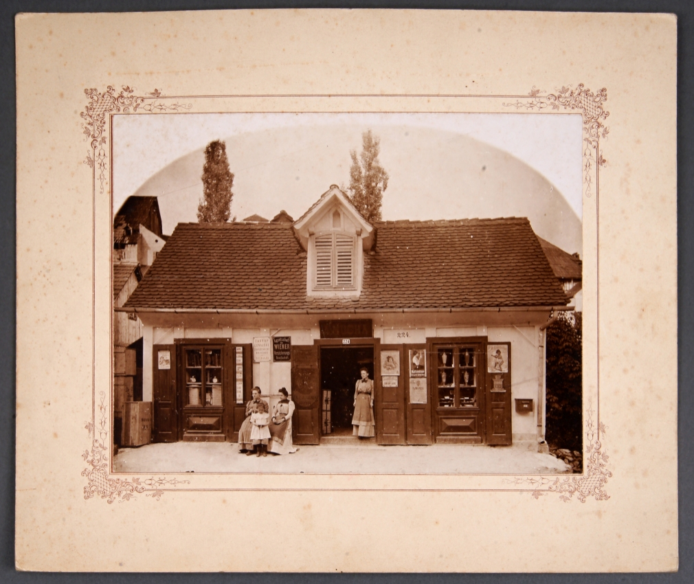 Fotografija na kartonu Trgovina Antona Muche<br>Metlika, okoli leta 1900<br>inv. št.: Ft 011