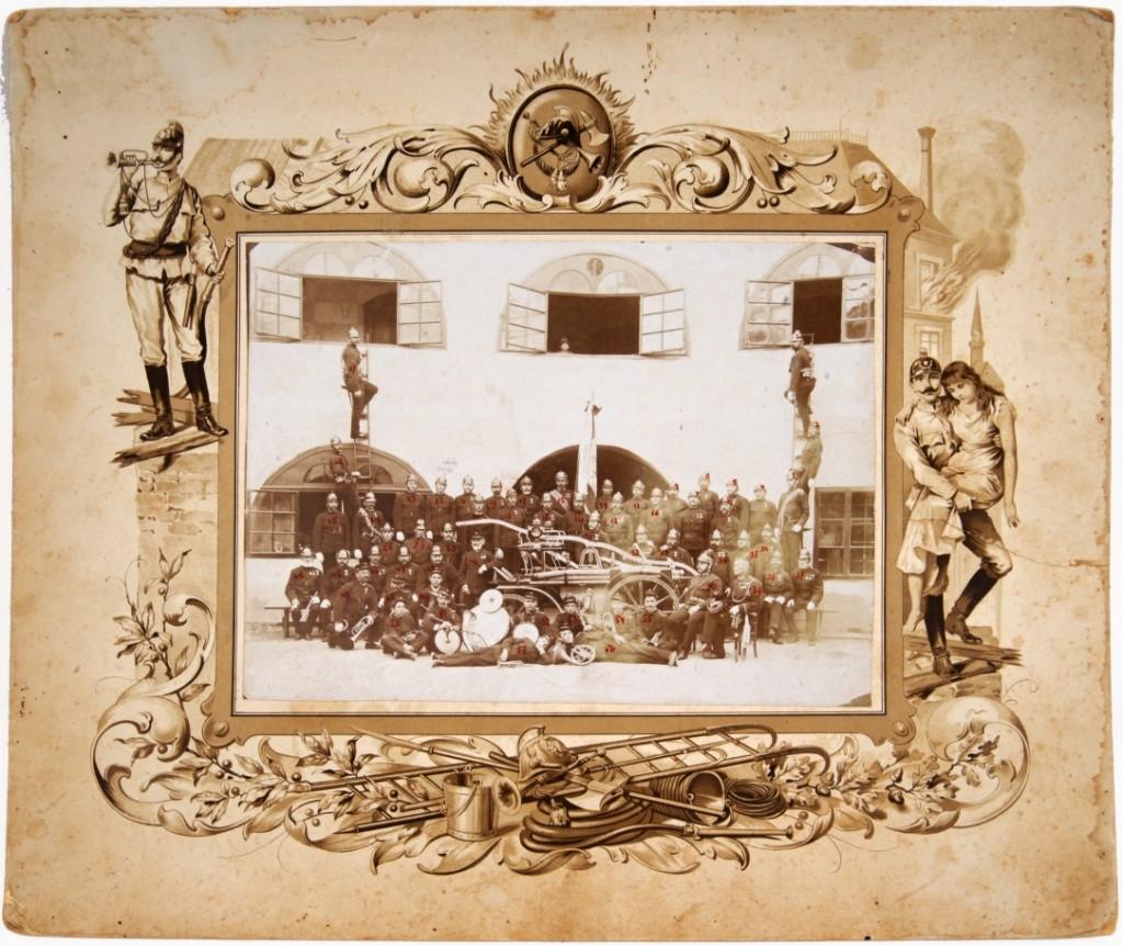 Fotografija na kartonu Prostovoljno gasilsko društvo v Metliki in Mestna godba Metlika<br>Metlika, 4. 5. 1905<br>inv. št.: Ft 003 b