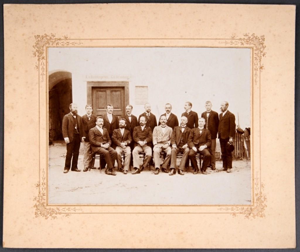 Fotografija na kartonu Osebje C. k. okrajnega sodišča v Metliki<br>Metlika, 1902<br>inv. št.: Ft 021