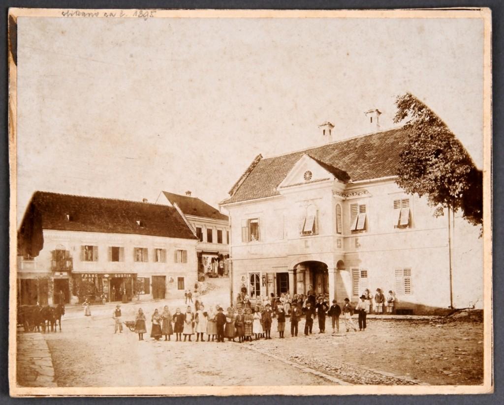 Fotografija na kartonu Na Dolnjem trgu<br>Metlika, okoli leta 1895<br>inv. št.: Ft 102
