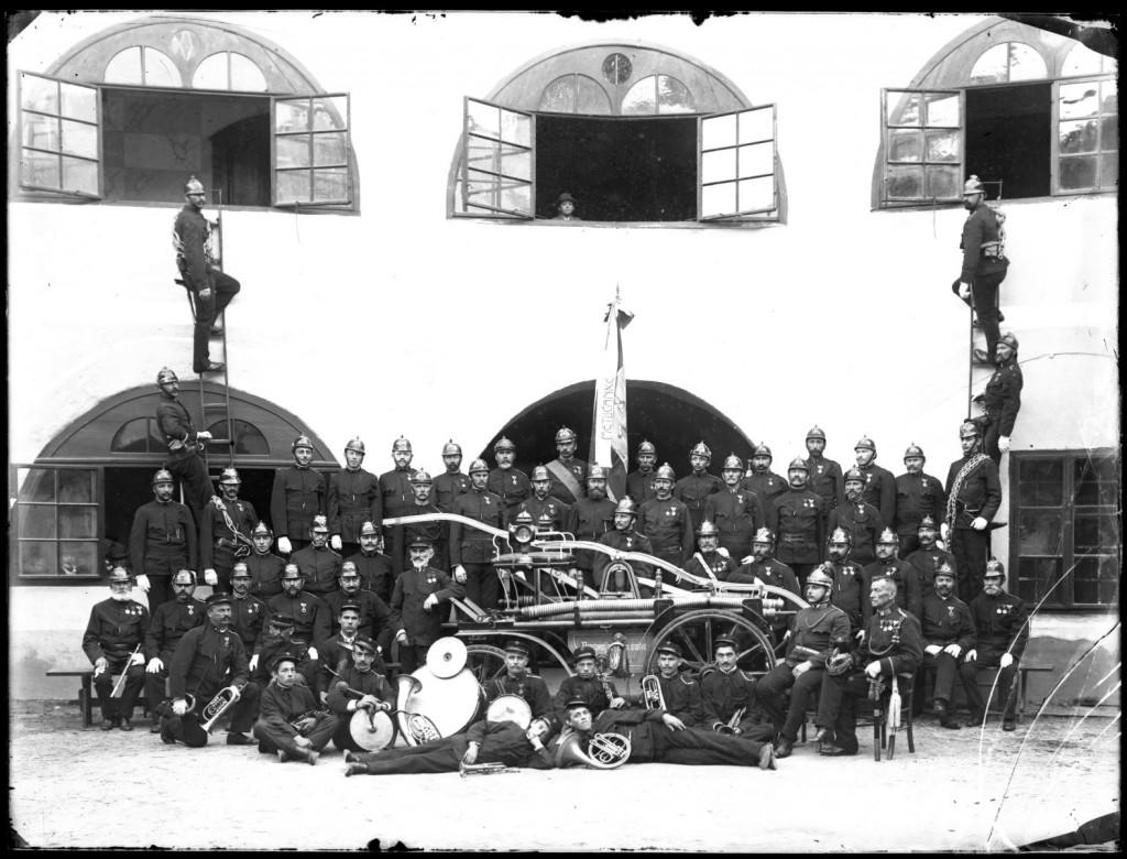 Prostovoljno gasilsko društvo Metlika z mestno godbo<br>Metlika, grajsko dvorišče, 4. 5. 1905, negativ na stekleni plošči, 17,9 x 23,8 cm<br>inv. št.: Ns 001