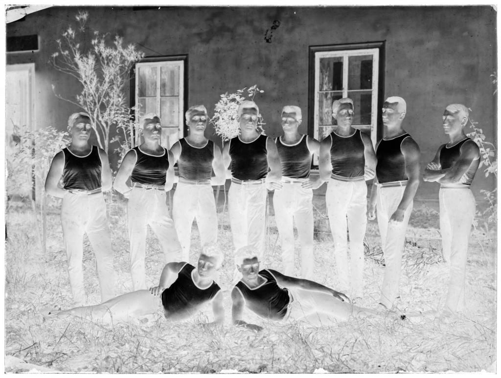 Telovadci Belokranjskega Sokola<br>Metlika, 1911, negativ na stekleni plošči, 17,8 x 23,8 cm<br>inv. št.: Ns 016