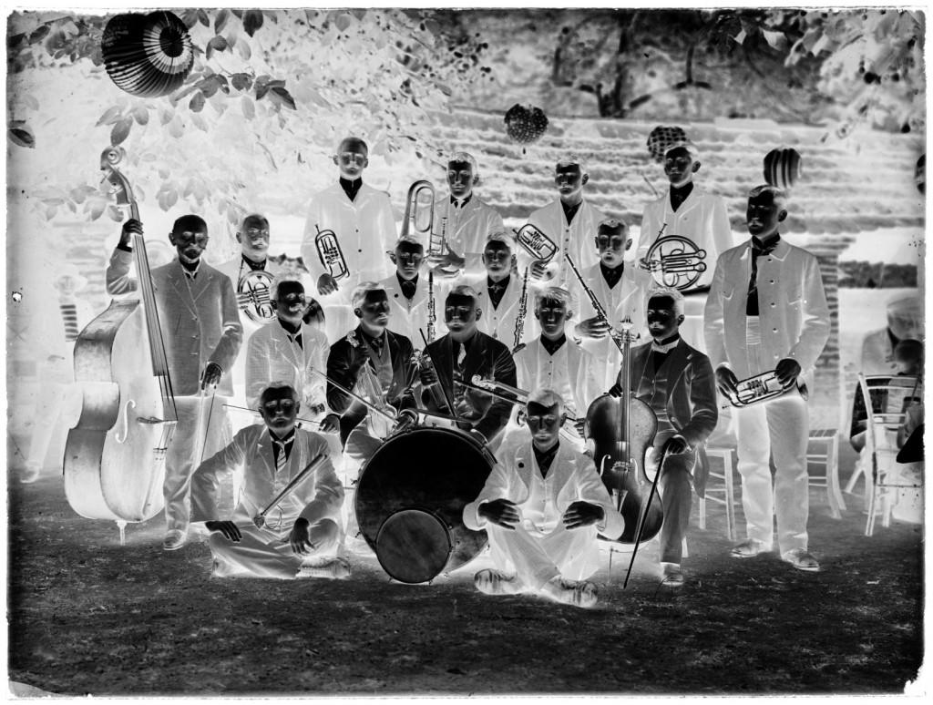 Godbeni klub v Metliki<br>Metlika, vrt gostilne Alojza Franza, 1911, negativ na stekleni plošči, 17,8 x 23,8 cm<br>inv. št.: Ns 006