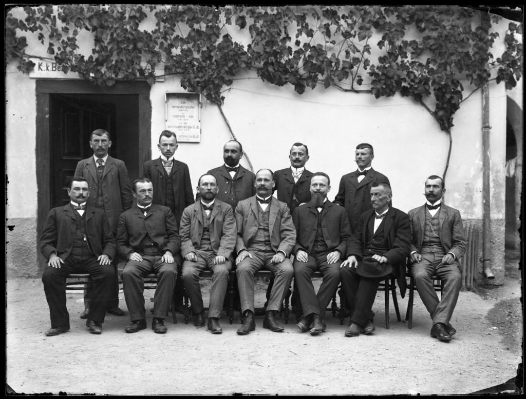 Osebje C. k. okrajnega sodišča v Metliki<br>Metlika, 1905, negativ na stekleni plošči, 17,8 x 23,8 cm<br>inv. št.: Ns 068