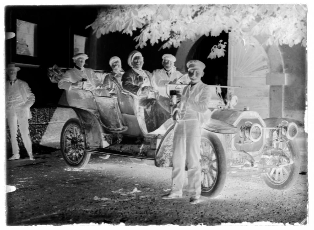 Prvi avto v Metliki<br>Metlika, pred komendo, 1913, negativ na stekleni plošči, 11,9 x 16,3 cm<br>inv. št.: Ns 212