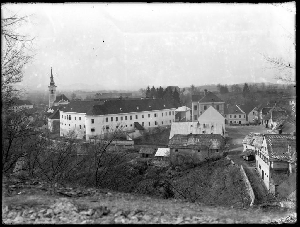Veduta Metlike<br>Metlika, pogled s Hriba, med letoma 1908 in 1914, negativ na stekleni plošči, 17,8 x 23,7 cm<br>inv. št.: Ns 026
