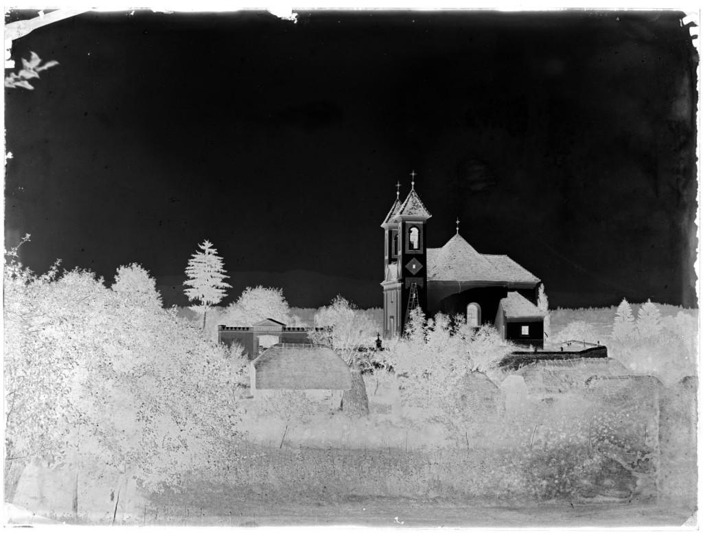 Pokopališka cerkev sv. Roka<br>Metlika, 1903, negativ na stekleni plošči, 17,9 x 24 cm<br>inv. št.: Ns 032