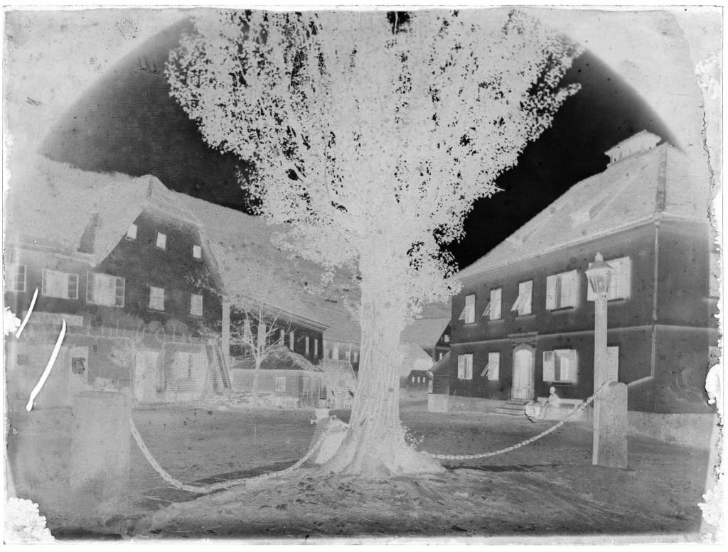 Trg v Semiču<br>Semič, okoli leta 1900, negativ na stekleni plošči, 17,9 x 23,9 cm<br>inv. št.: Ns 074