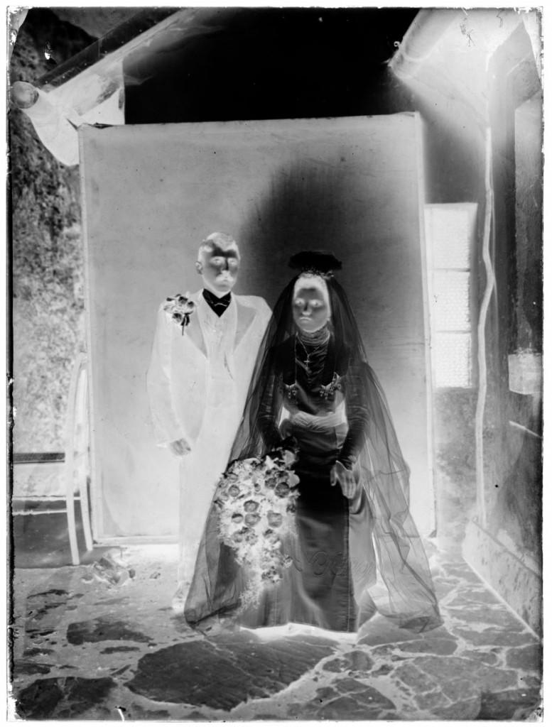 Mladoporočenca Feliks Fux in Terezija, roj. Kopinič<br>Metlika, 1909, negativ na stekleni plošči, 23,7 x 17,8 cm<br>inv. št.: Ns 059