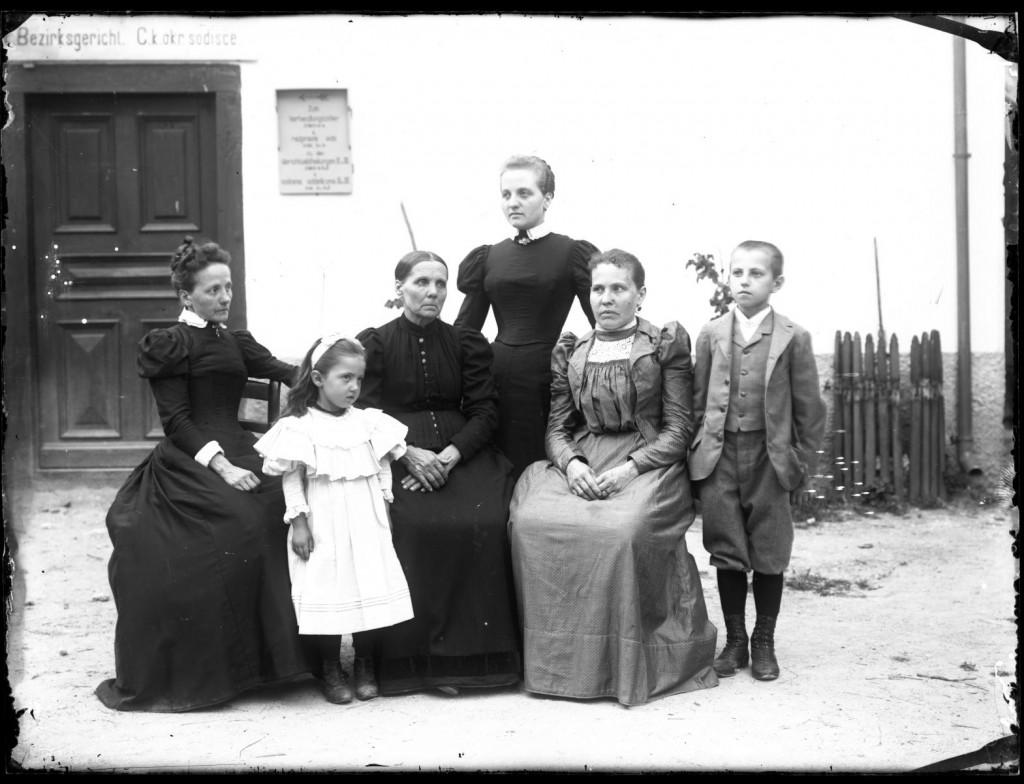 Sorodniki metliškega trgovca in fotografa Antona Muche<br>Metlika, 1902 ali 1903, negativ na stekleni plošči, 17,8 x 23,9 cm<br>inv. št.: Ns 065