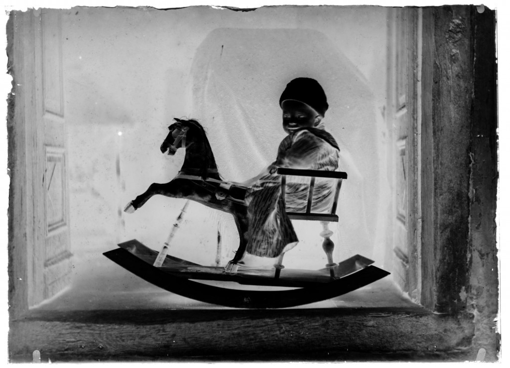 Otrok na gugalnem konjičku<br>Metlika, okoli leta 1910, negativ na stekleni plošči, 11,9 x 16,4 cm<br>inv.št.: Ns 106