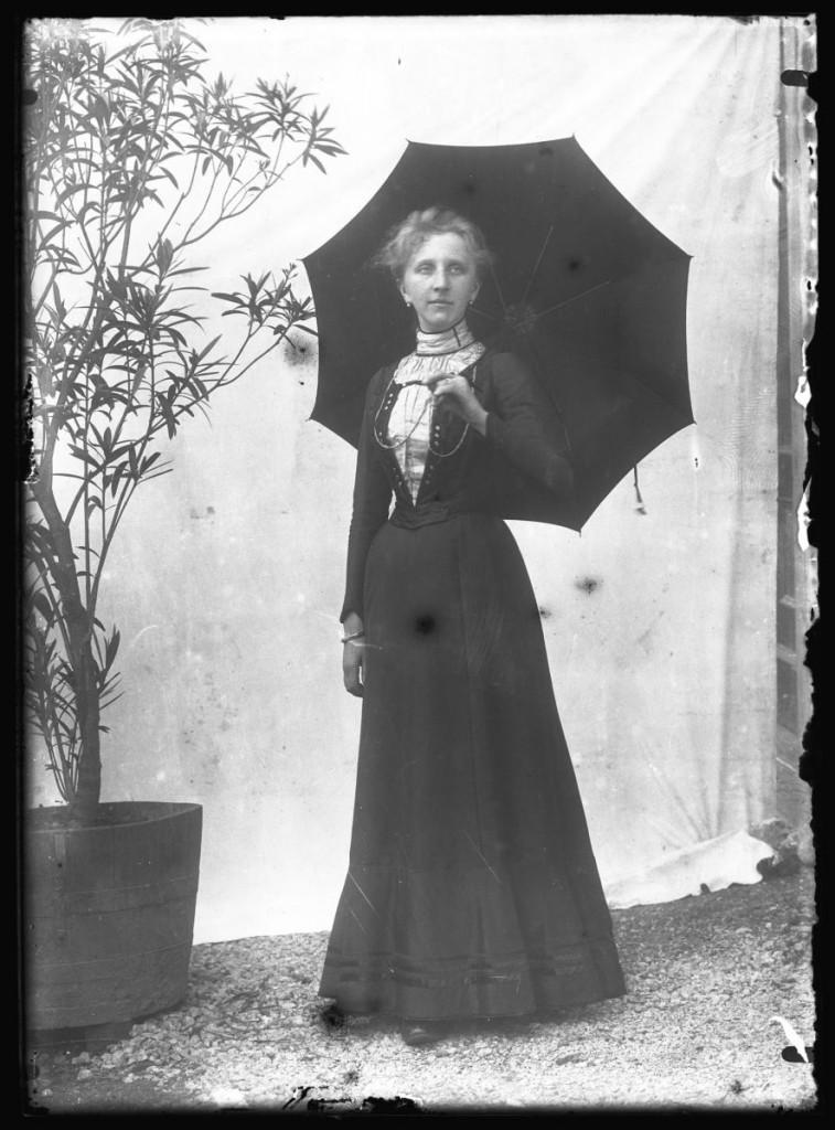 Ženska z dežnikom<br>Metlika, okoli leta 1910, negativ na stekleni plošči, 16,3 x 11,9 cm<br>inv. št.: Ns 114