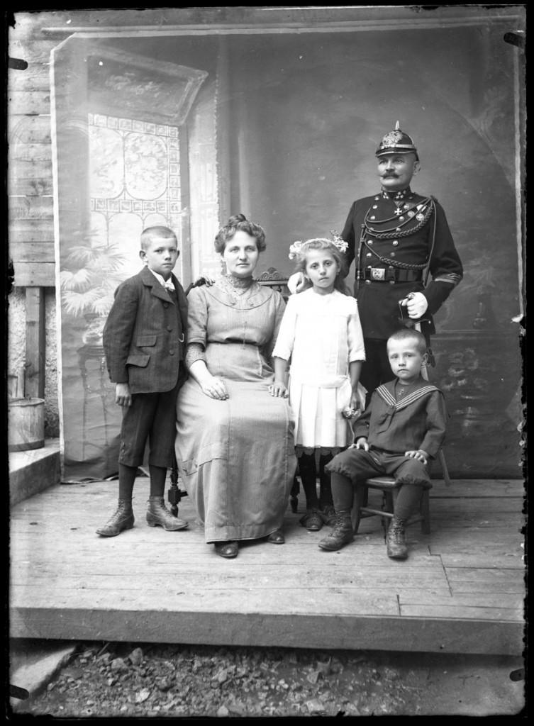 Družina Ivana in Antonije Martinak, roj. Mucha<br>Metlika, okoli leta 1910, negativ na stekleni plošči, 16,4 x 11,9 cm<br>inv. št.: Ns 185