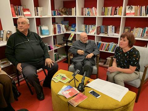 95-letni misijonar p. Kos je bil v družbi Prekmurcev in Prlekov v pogovoru sproščen, med številnim občinstvom mu je družbo delal tudi dober prijatelj, duhovnik Jože Hozjan