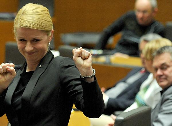 Tako je 27. marca 2015, ko je postala ministrica za izobraževanje, znanost in šport, sredi državnega zbora slavila Klavdija Markež. Toda samo 5 dni kasneje je že morala odstopiti, zaradi javnega razkritja magisterija, ki je bil plagiat. (foto: STA)