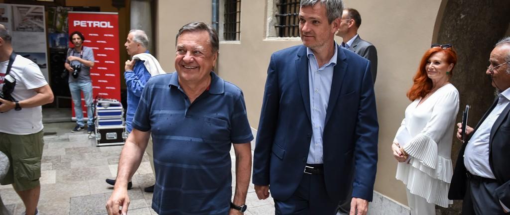 Tako se je Tomaž Berločnik 18. julija letos v spremstvu ljubljanskega župana Zorana Jankovića sprehajal po atriju Magistrata, med odprtjem razstave prispelih del mednarodnega arhitekturnega natečaja za novo poslovno stavbo Petrola. In danes, dobre tri mesece kasneje, Berločnik ni več predsednik uprave Petrola ... (foto: STA)