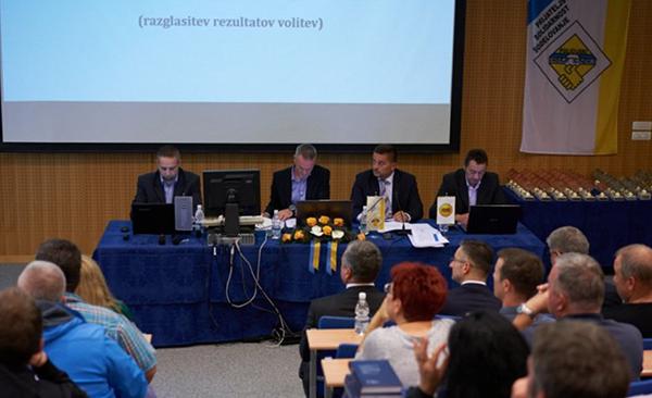 Na kongresu PSS: Poklukar in Šarec sedita v prvi vrsti! Nikoli se še ni zgodilo, da bi predsednik vlade prišel na kakšen kongres sindikata, ki naj bi bil neodvisen, ugotavlja Policist Andrej.