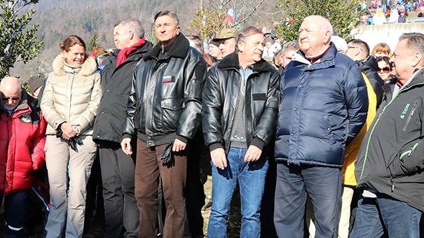 Nedeljske Dražgoše: prva VIP-vrsta: od ministra za Slovence v zamejstvu in po svetu Petra Jožefa Česnika (na sliki levo) do ljubljanskega župana Zorana Jankovića (desno)