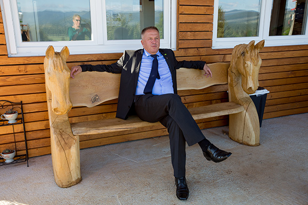 Minister Zdravko Počivalšek vede v slogu