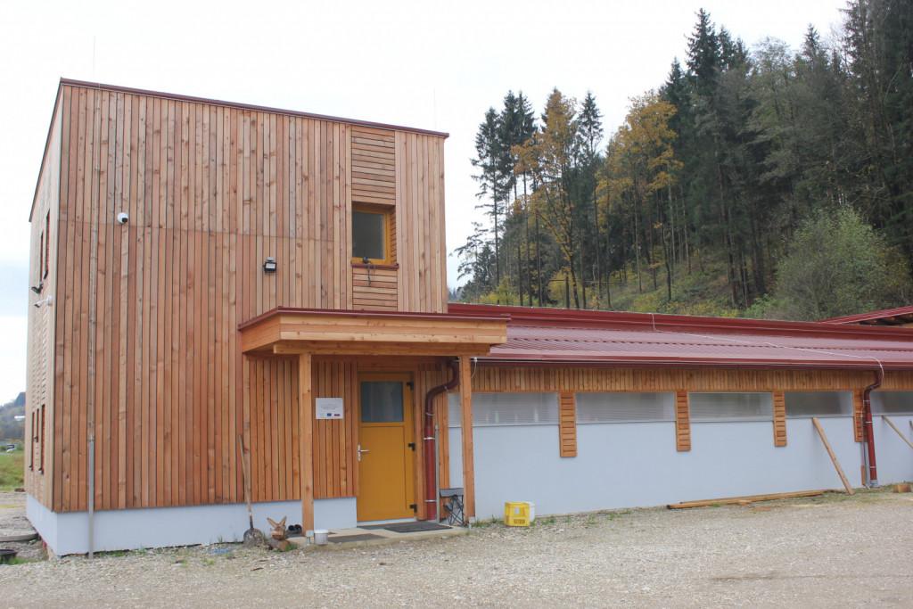 Posebno estetska je lesena macesnova fasada s prednje strani.