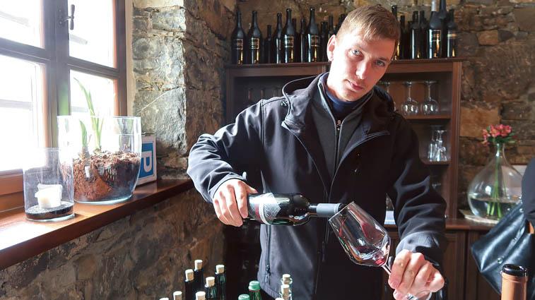 Tadej Kavčič, kmetija Barkola, iz Dornberka,je predstavil prva vina,ki jih je poskusno prideloval za novi vipavski konzorcij: merlot in cabernet franc 2017,ki sta 18 mesecev zorela v bariku in chardonnay 2018. Vsa tri vina so bila ocenjena z vrhunsko oceno nad 18,1.