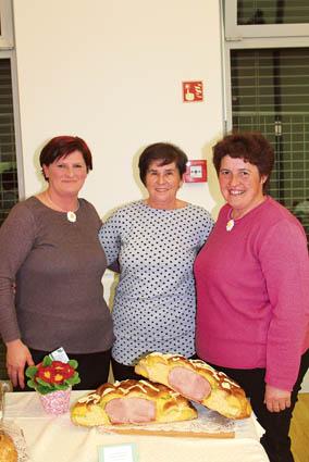 Marjetka Meglen (desno) je »zlato« šunko ovila v pet različnih<br>vrst testa; ob njej sta kolegici iz DPŽ Ivanjščice iz Ivančne<br>Gorice: predsednica Renata Čebular in Jožica Miklič