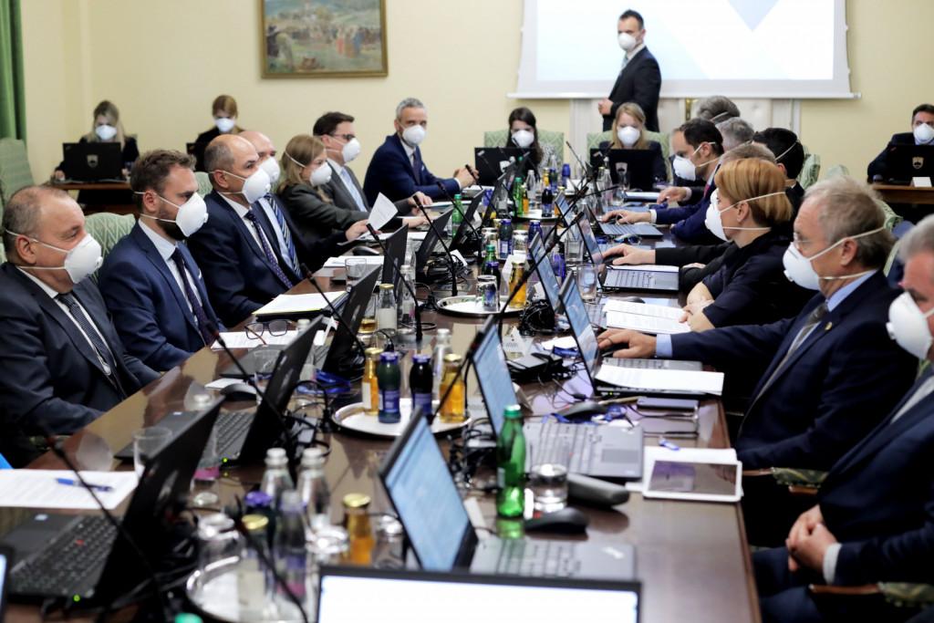 Prva seja Janševe vlade - zaščitne maske na obrazih<br>