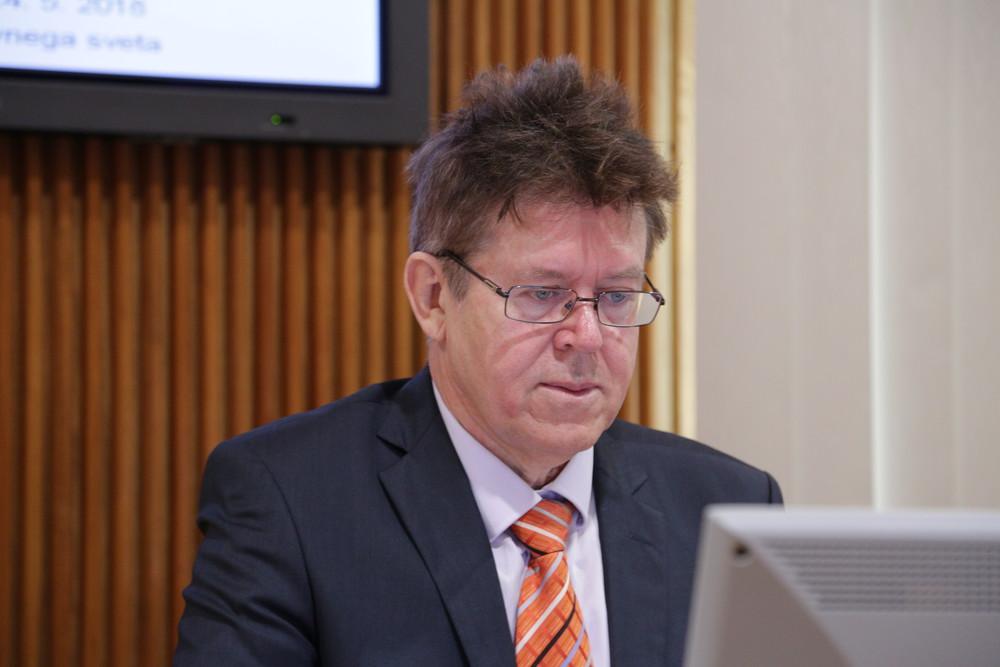 Profesor doktor Matjaž Gams je vodja Odseka za inteligentne sisteme na Inštitutu Jožef Stefan. Ukvarja se predvsem z umetno inteligenco in kognitivnimi znanostmi, je državni svetnik, član številnih domačih in tujih društev ter programskih odborov.